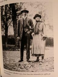 Karen sammen med Thomas, da hun var hjemme for at blive behandlet for syfilis - Bror, altså!